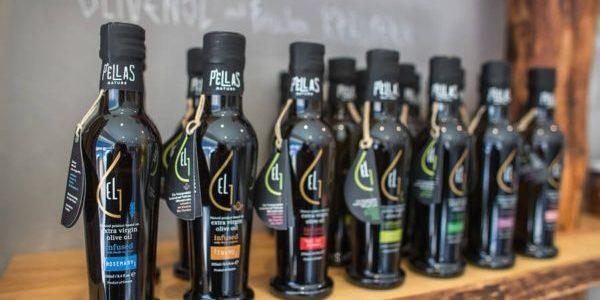 Natives Olivenöl in verschiedene Flaschen von Pellas Nature