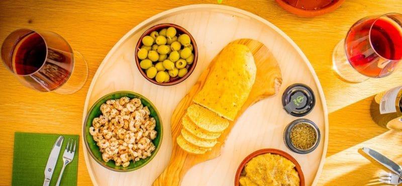 Tisch mit verschiedene Speisen