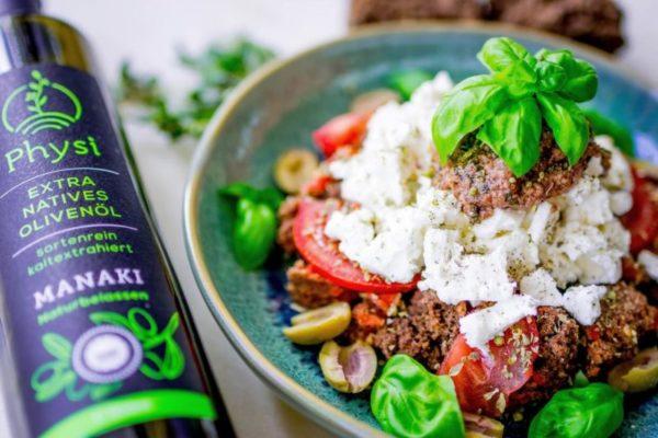 Dakos Zwieback Gericht mit Physi Olivenöl Flasche