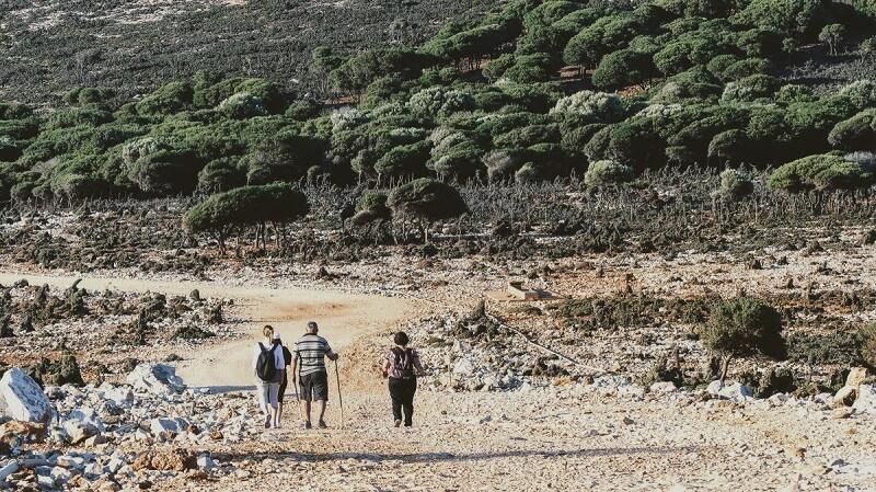 Familie die gerade auf Kreta Wandert