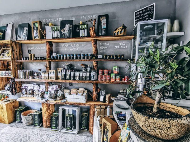 Regal mit verschiedene Feinkost Produkte