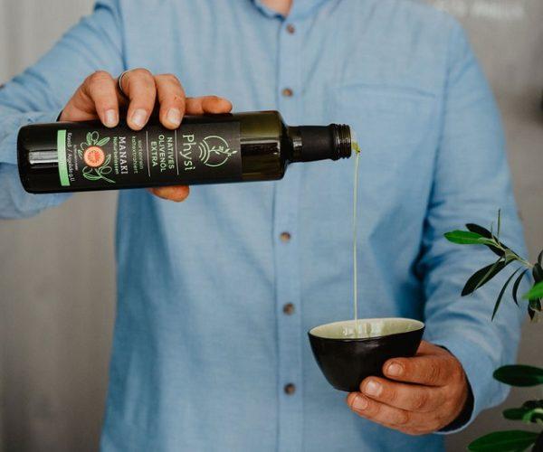Manaki Olivenöl beim servieren