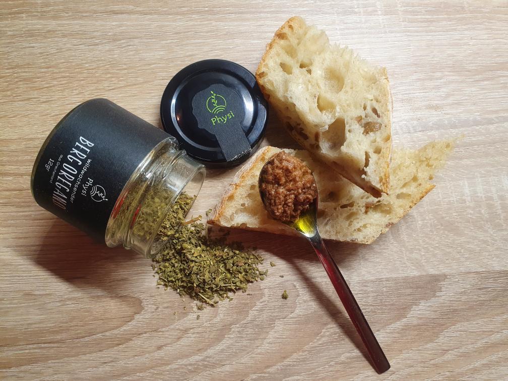 Ein Baguette mit Manaki Olivenöl und Olivenpaste