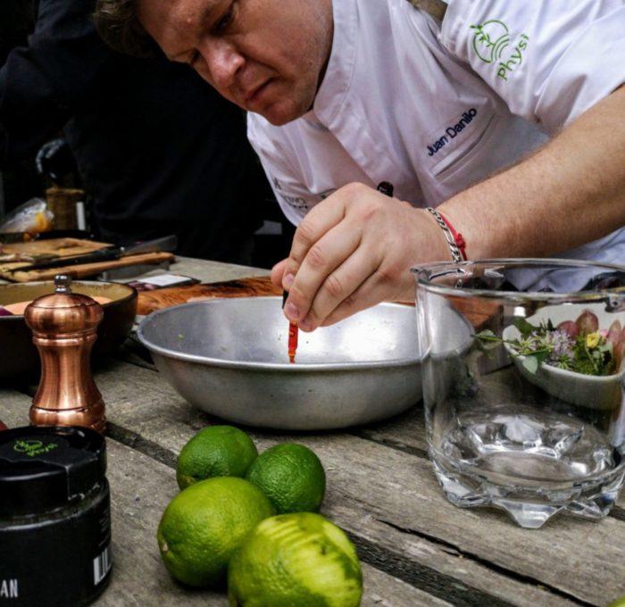 Juan Danilo beim Kochen mit Physi Produkte